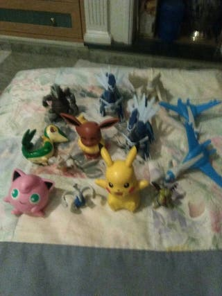 13 muñecos pokemon