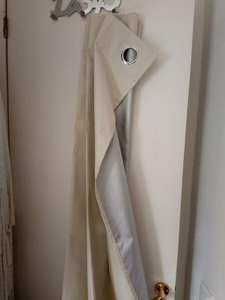 Par cortinas beige opacas