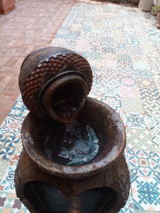 Fuente de agua con iluminación