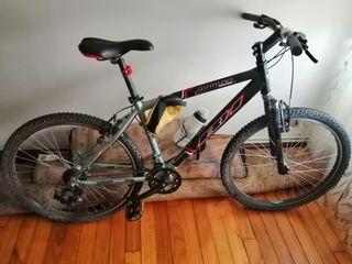 Bicicleta híbrida BH, negro y gris metalizados.