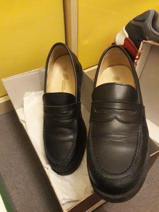 Zapatos colegial de piel azul marino sólo un uso