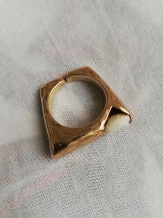 anillo de diseño plata dorada y cuarzo