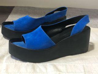 Zapatillas azules con plataforma