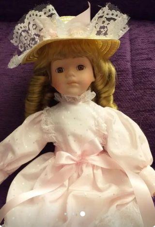 Muñeco de porcelana de colección.