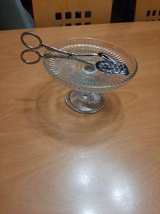 fuente de cristal para tartas y pinzas plata
