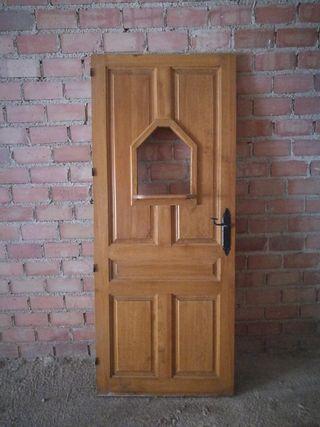 Puerta de cocina de bar con ventana
