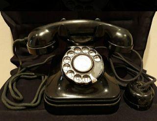 Teléfono muy antiguo de baquelita.