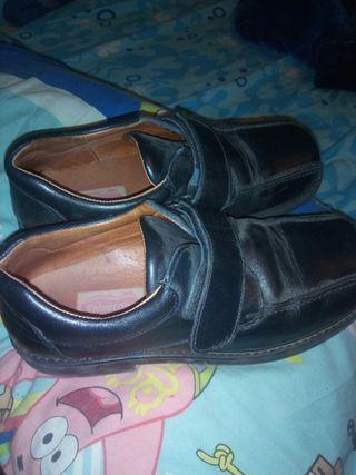 zapato negro niño