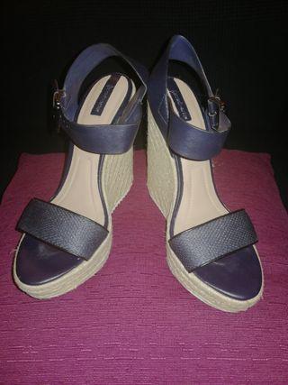 Sandalias stradivarius negra y marrón