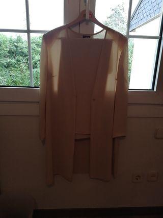 Pantalón y chaqueta de crepe color beige