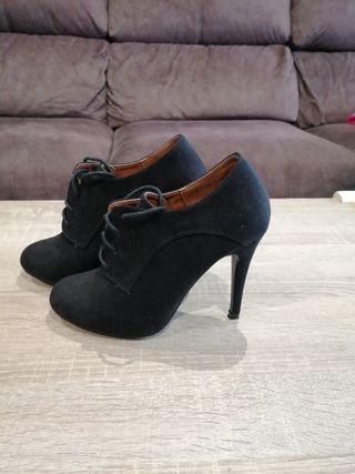 Zapatos negros tacón. Núm. 38