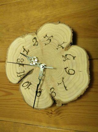 Relojes de madera pirografiados.