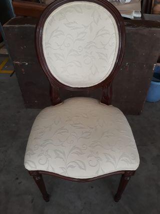 silla tapizada en blanco