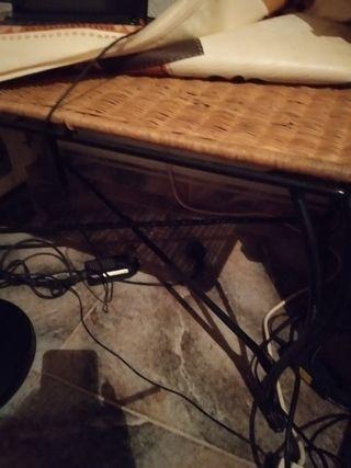 mesa de sofá de mimbre y mueble para la televisión