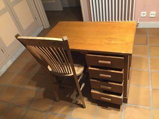 Escritorio y silla antiguos