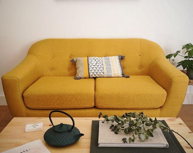 Sofá nórdico escandinavo vintage color mostaza