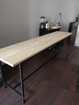 Mesa de madera y estructura de hierro