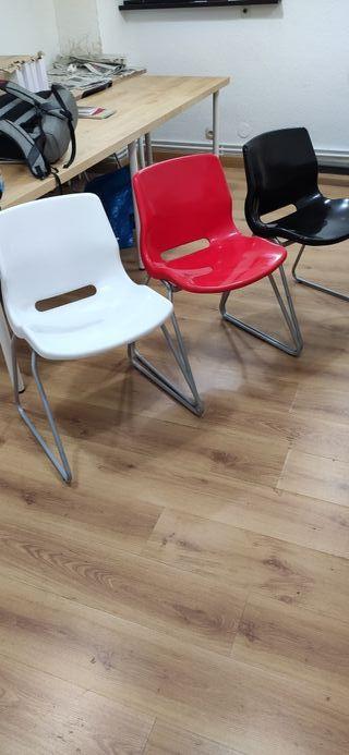sillas Ikea. en colores blanco, rojo y negro