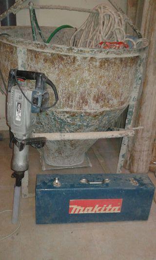 Martillo demoledor y balde de hormigón