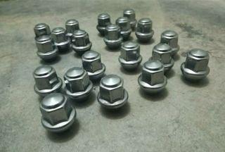 Se vende juego tuercas llantas de aluminio.