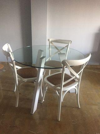 Mesa cristal y 3 sillas madera