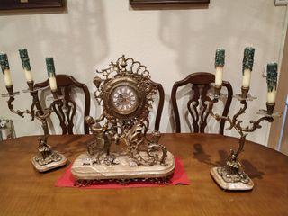 juego de reloj y candelabros antiguo