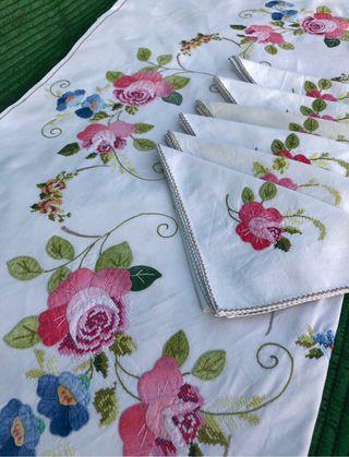 Mantel con servilletas bordada a mano