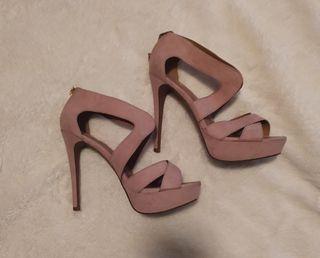Zapato tipo sandalia con tacon fino.