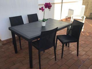 Conjunto de mesa y cuatro sillas.
