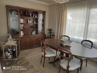 Mesa comedor con 4 sillas y libreria