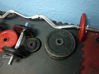 pesas, barra y mancuernas de musculación, gimnasio
