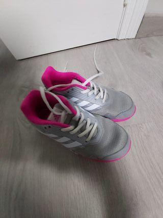 Zapatillas Adidas niña de segunda mano por 8 € en Valencia