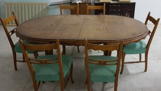 Mesa con seis sillas y dos sillones