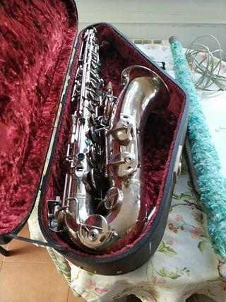 saxofón con funda