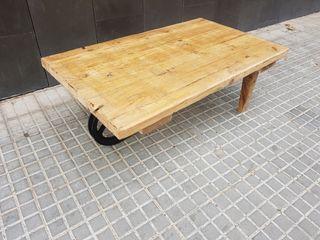 Mesa de centro / baja con rueda de hierro.