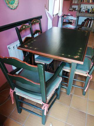 Mesa comedor con cuatro sillas y dos sillones