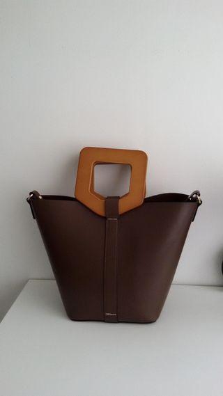 Bolso Zara en marrón y asas de madera