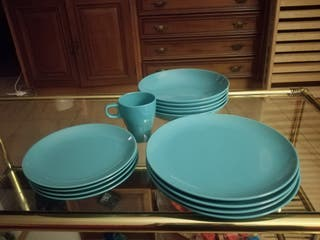Vajilla IKEA piezas azules con 2 tazas