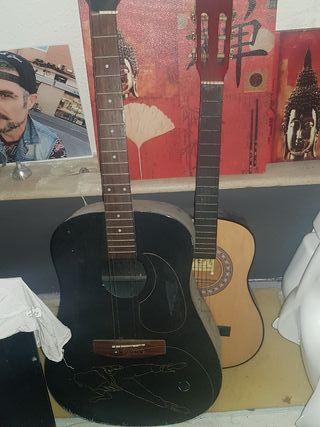 guitarra años 70 y otra pekeña es aprendizaje añ 8