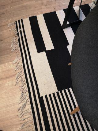 alfombra blanco y negro