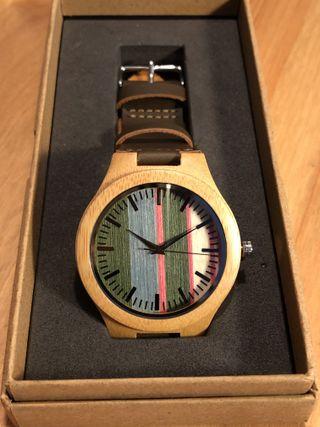 Reloj de madera con correa de piel