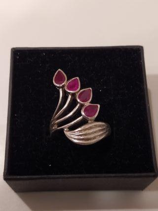 precioso anillo con rubíes