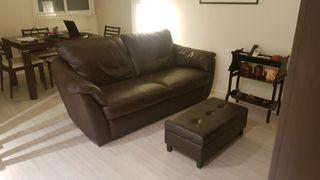Sofá de Cuero con reposa-pies y mueble de regalo