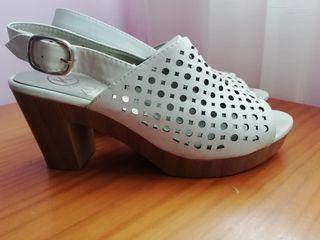 Sandalias piel blancas con tacón