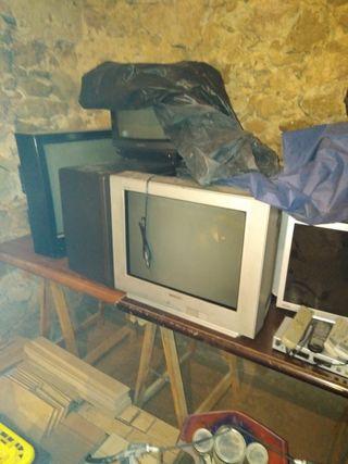 Varios aparatos eléctricos y maquinaria cafetería.