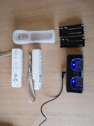 Mandos para Wii + baterías y cargador.