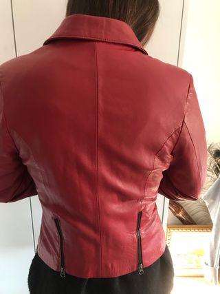 Cazadora de cuero roja