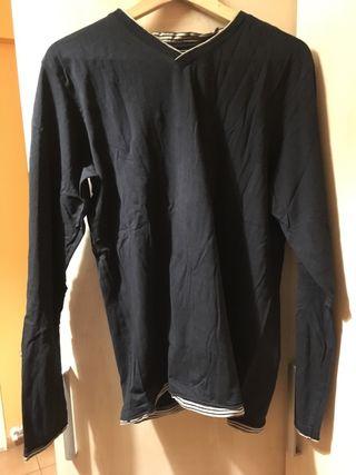 Camiseta negra de manga larga con cuello pico