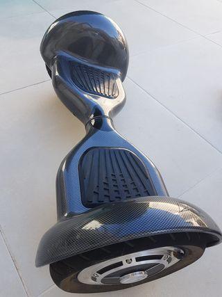 Hoverboard eléctrico con accesorios.