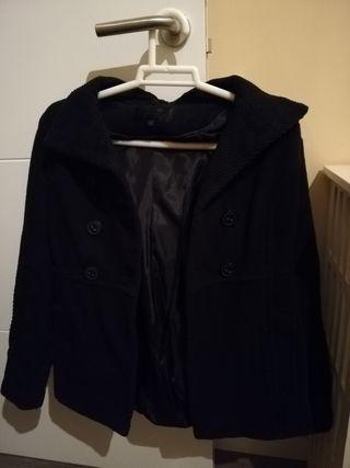 Abrigo negro con gorro desmontable